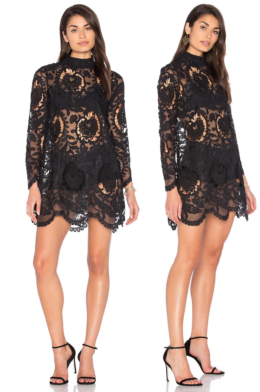 Короткое кружевное платье черного цвета фото 2