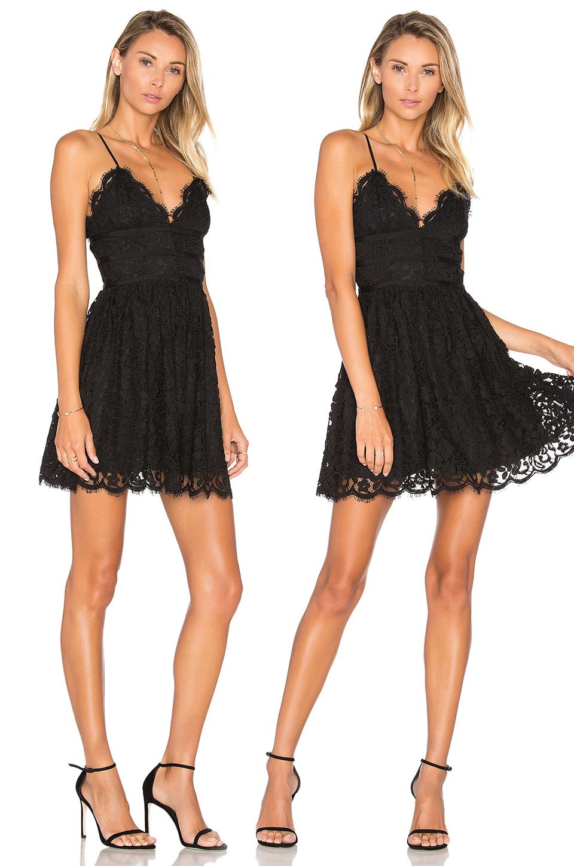Короткое кружевное платье черного цвета фото 6
