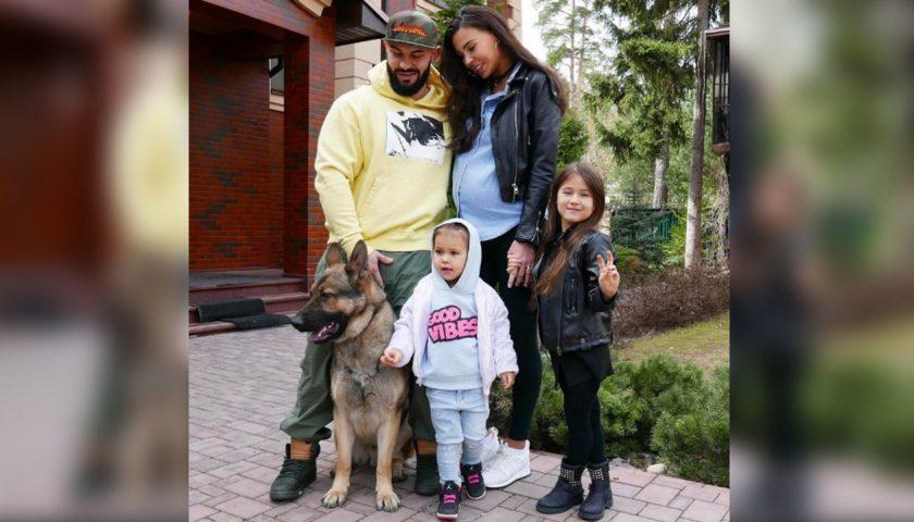 Джиган с женой и дочками