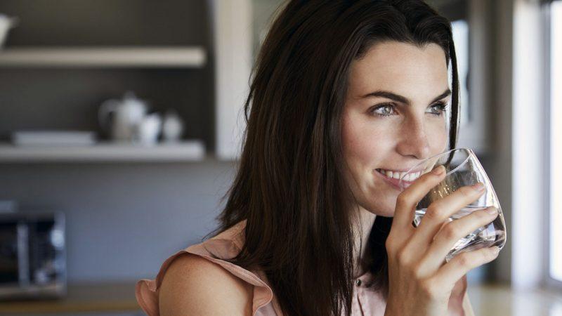 8 причин выпить стакан воды после сна