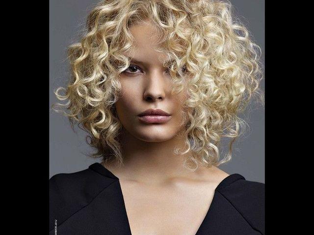 20 причесок для кудрявых и вьющихся волос (фото 15)