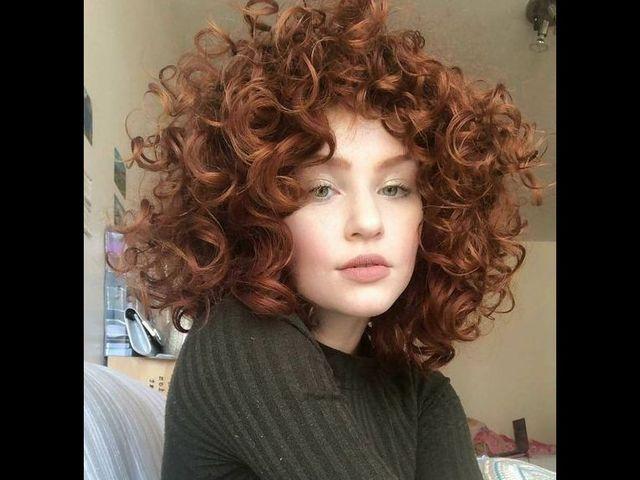 20 причесок для кудрявых и вьющихся волос (фото 10)