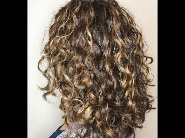 20 причесок для кудрявых и вьющихся волос (фото 2)