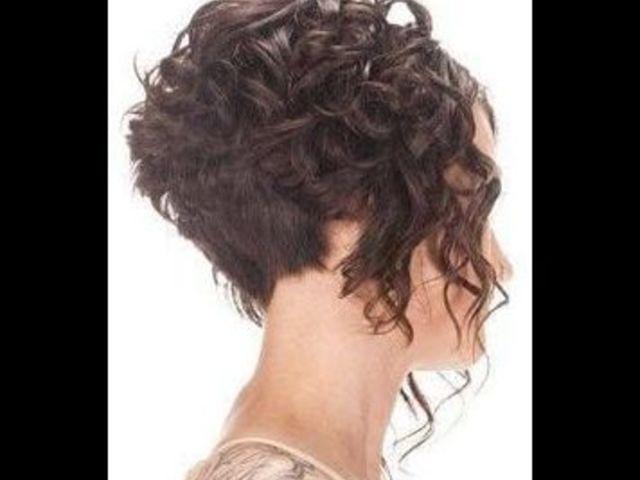 20 причесок для кудрявых и вьющихся волос (фото 14)