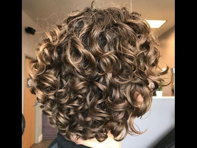 20 причесок для кудрявых и вьющихся волос (фото 20)