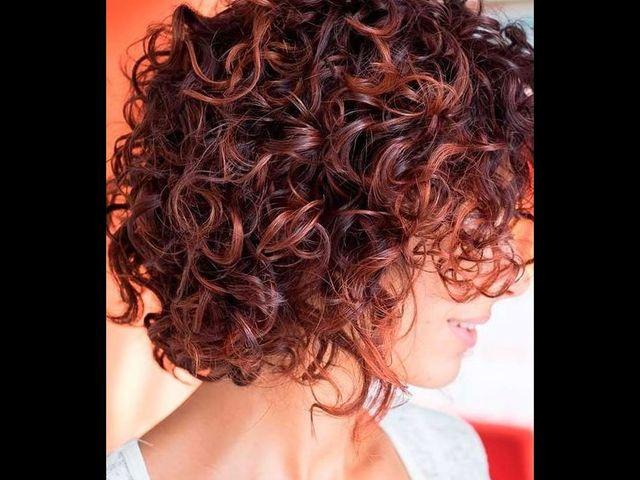 20 причесок для кудрявых и вьющихся волос (фото 8)