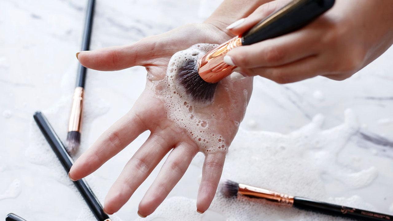 Чистка кисти для макияжа
