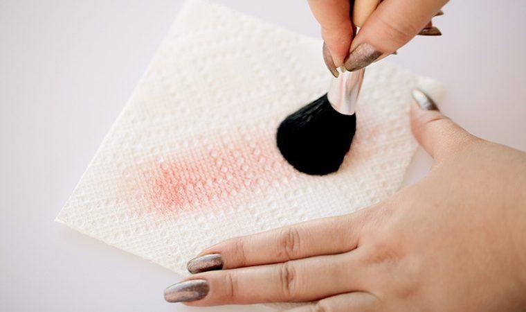 Чистка кисти для макияжа специальным средством (фото 2)