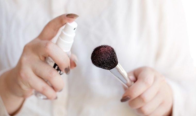 Чистка кисти для макияжа специальным средством (фото 1)
