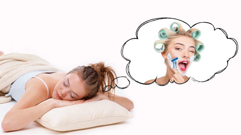 женщина бреет лицо во сне