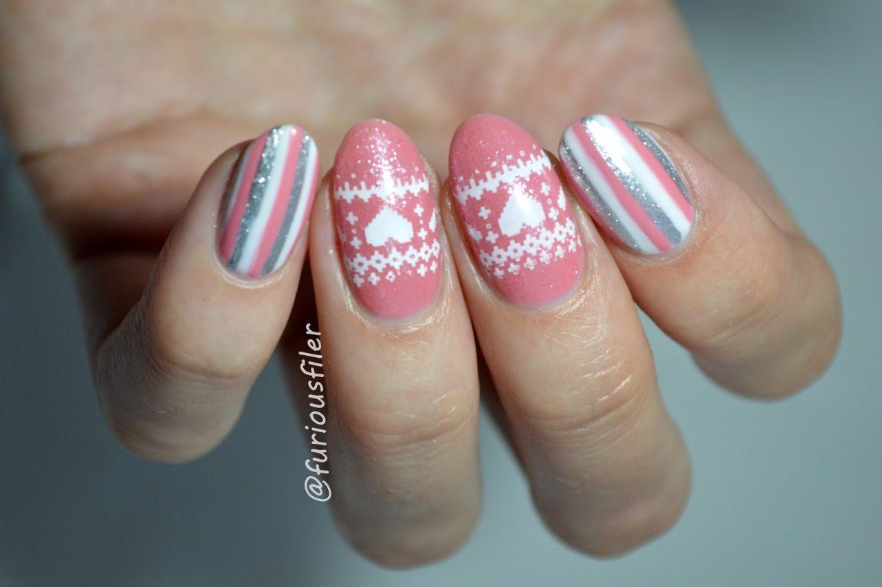 Новогодний маникюр серо-розовый
