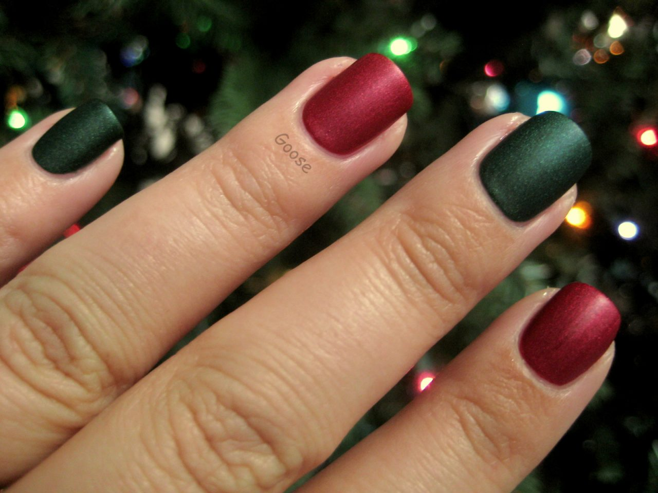 Новогодний маникюр красный с зеленым