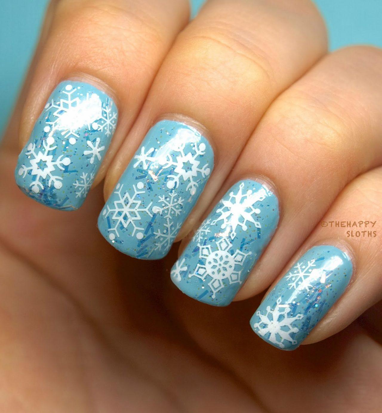 Голубой маникюр со снежинками