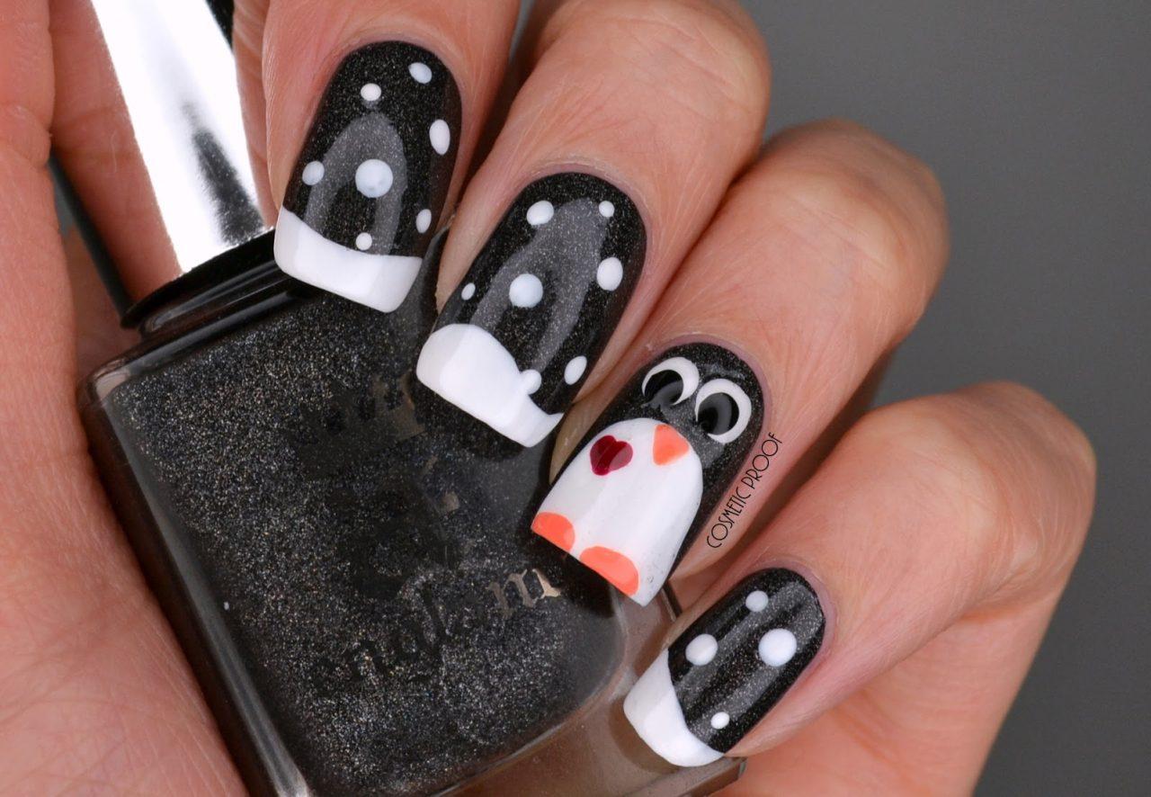 Зимний маникюр с пингвином