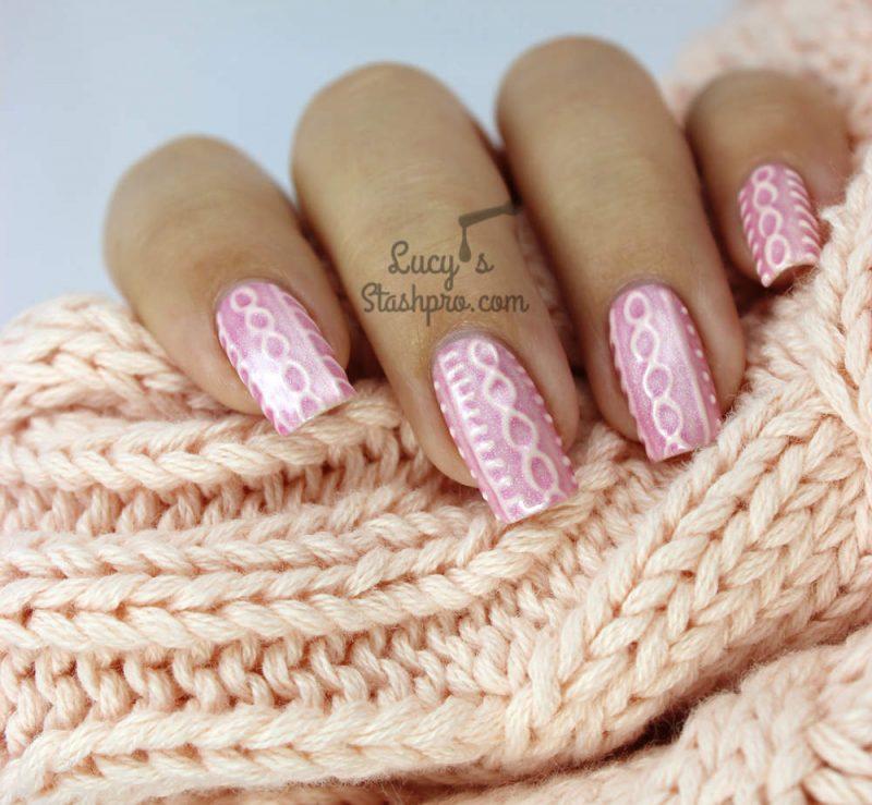 Розовый маникюр с вязаными узорами на новый год