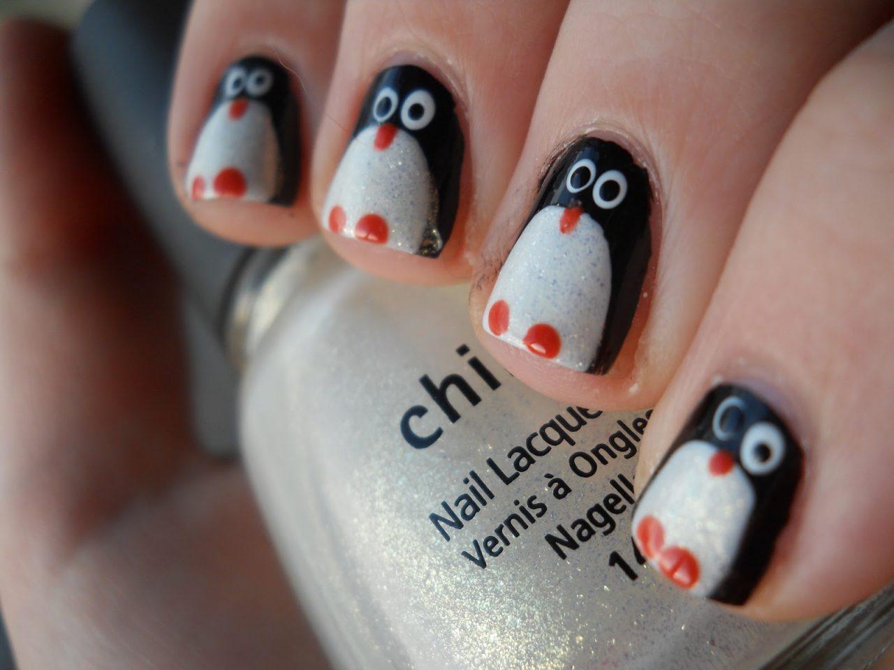 Маникюр с пингвином на новый год