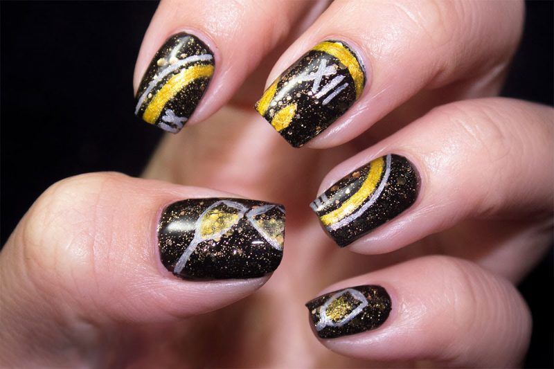 Маникюр с часами на ногтях