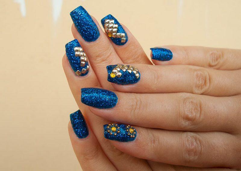Синий со стразами новогодний маникюр