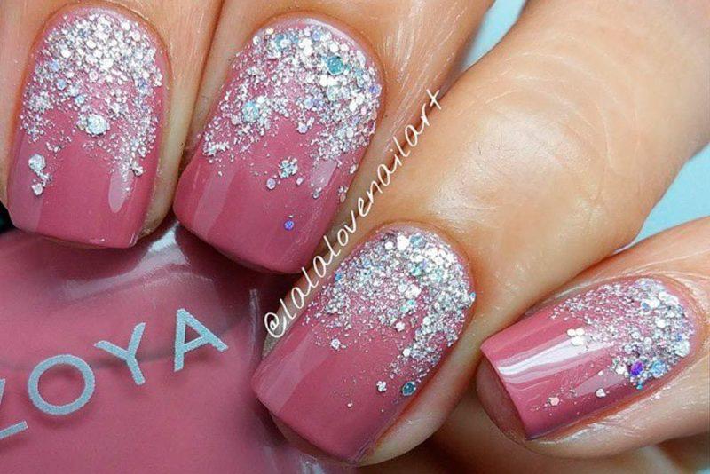 Розовый новогодний маникюр с блестками