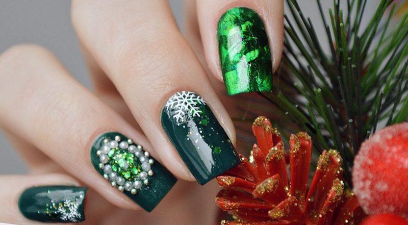 Зеленый новогодний маникюр на длинные ногти