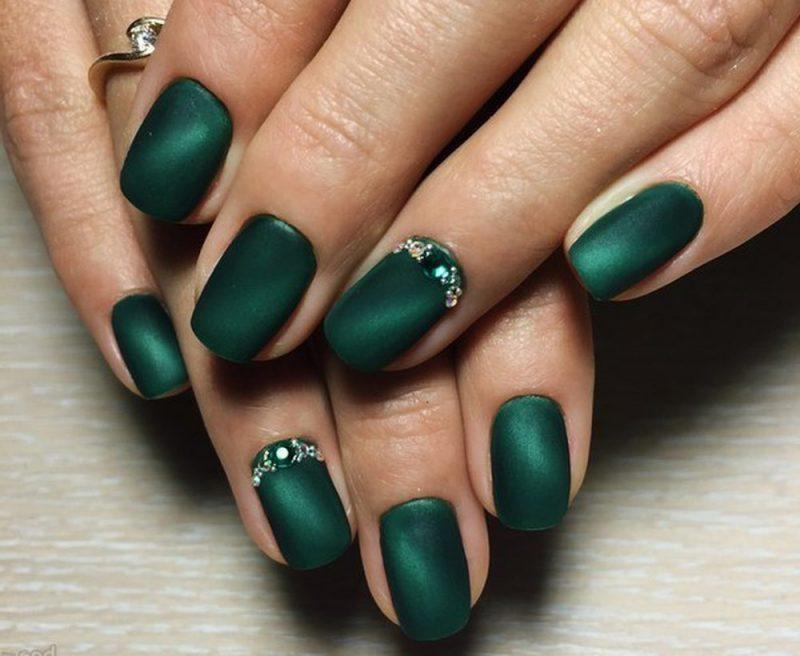 Зеленый маникюр со стразами на новый год фото ногтей