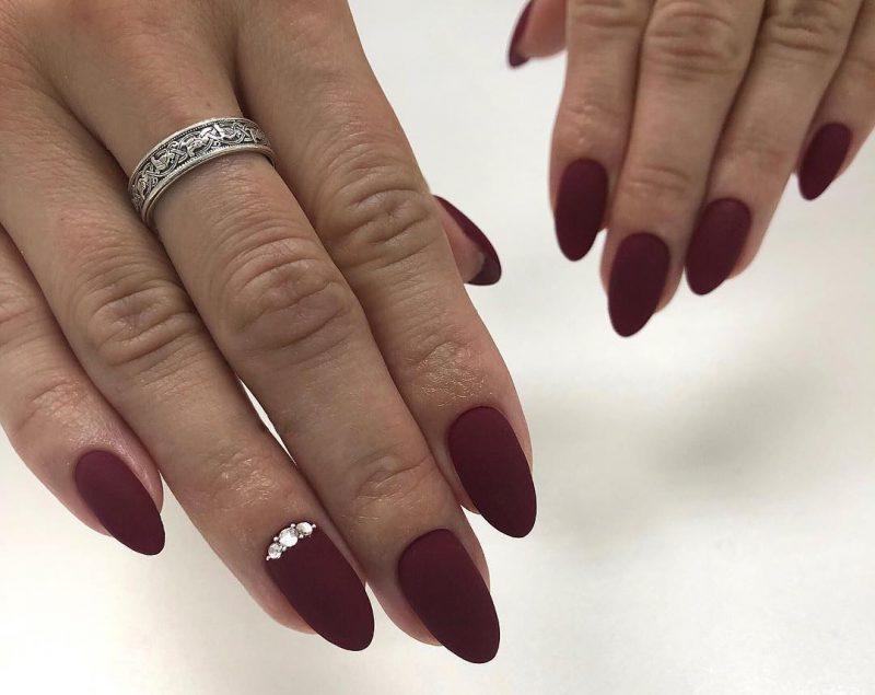 матовый зимний маникюр на средние ногти красного цвета