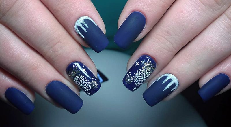 зимний маникюр матовый синий с белым